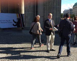Roland Wehl verteilt  am 3. Oktober Flugblätter vor dem Brandenburger Tor