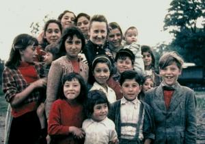 Gertrud Wehl mit Sinti-Kindern